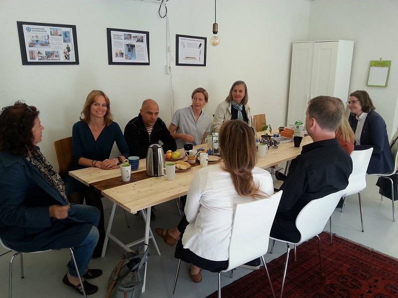 Stockholms miljöborgarråd Katarina Luhr på besök tillsammans med stadsdelsdirektören i Skarpnäck Denise Medin och några till.