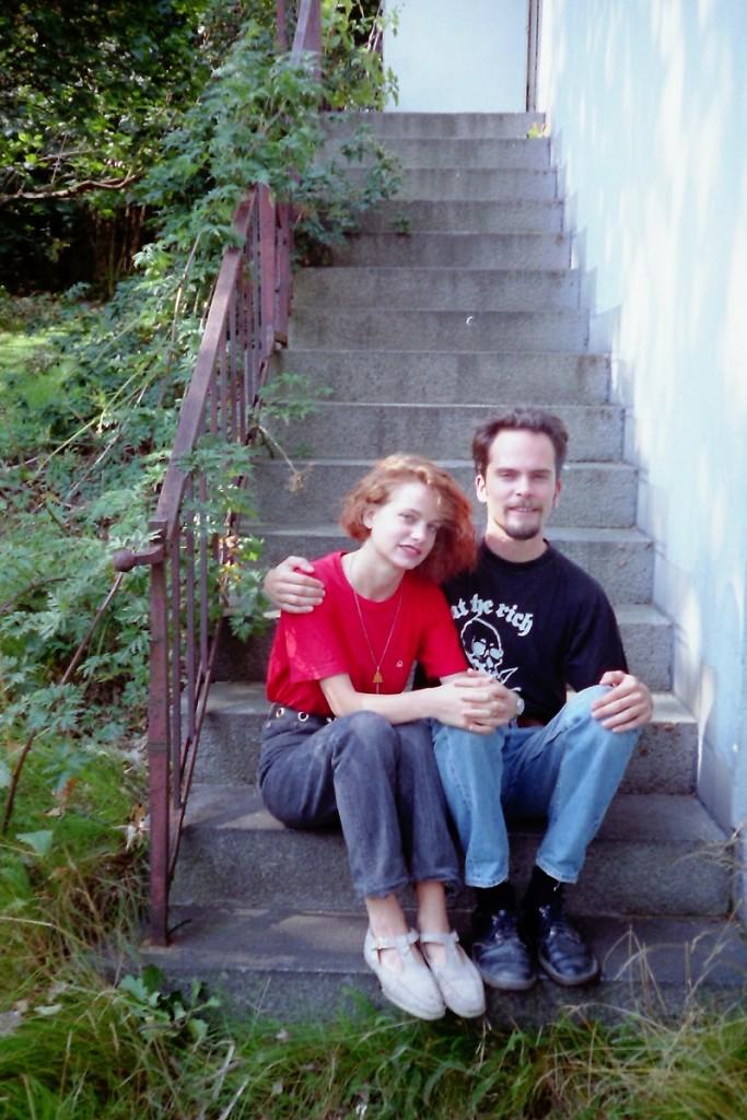 Min ätstörning var egentligen slut sedan några år, men när jag bodde i Italien fick jag ett återfall. En bild på mig och min ena bror från ett besök hemma hos mamma, 1993?